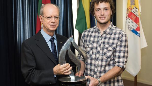 Aluno vencedor do Prêmio Santander Empreendedorismo é recebido na Reitoria