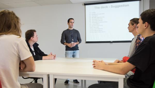 Disciplina em inglês possibilita aprendizado e prática do idioma