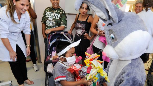 Pediatria do Hospital São Lucas recebe doações para Festa de Páscoa