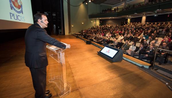 Ignacio Sánchez, reitor da PUC do Chile, palestra na Universidade