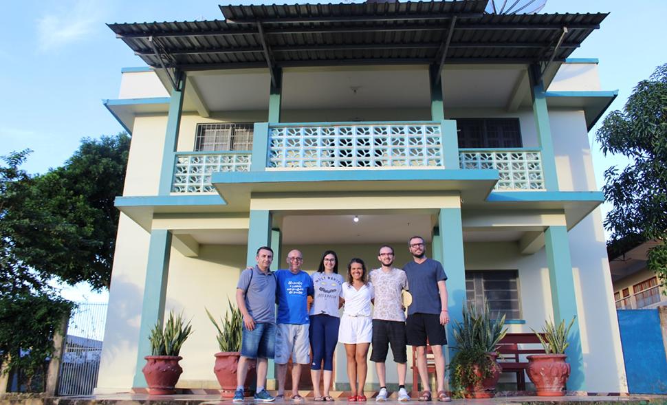 voluntários maristas posam em frente à casa dos irmãos maristas de Lábrea