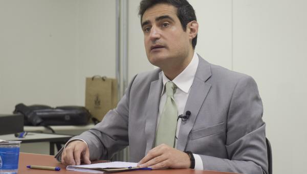 Professor visitante de Granada ministra palestras e curso na Universidade
