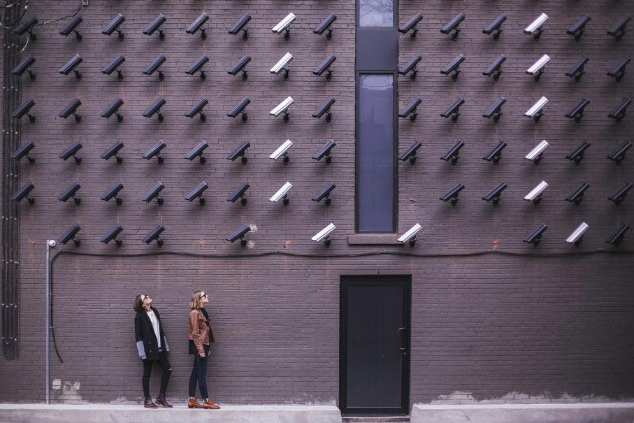 Liberdade vigiada: monitoramento e controle social em tempos de pandemia