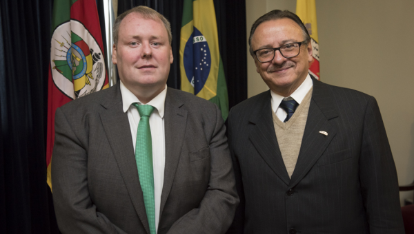 Consul General of Ireland visits PUCRS