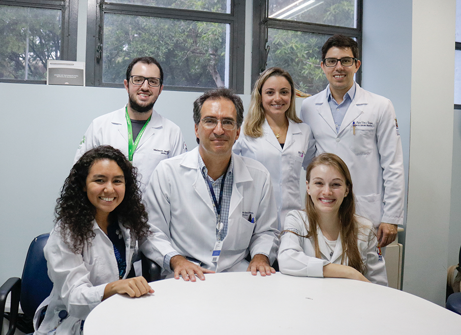 Professor Marcelo Toneto (in the middle) and the summer course team at São Lucas Hospital