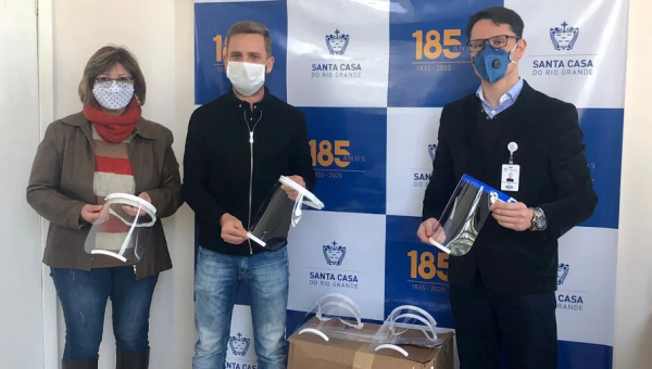 PUCRS delivers face shield #10,000