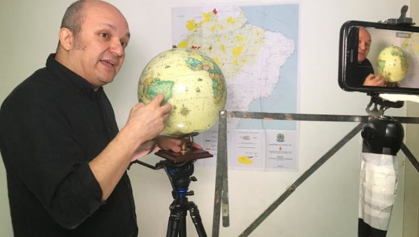 Professor communicates Brazilian history and habits with indigenous through videos