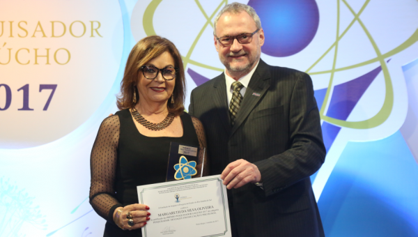 Professora Margareth Oliveira recebe Prêmio Pesquisador Gaúcho 2017