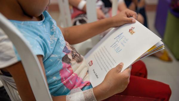 Feira do Livro Infantil leva alegria a crianças internadas no Hospital
