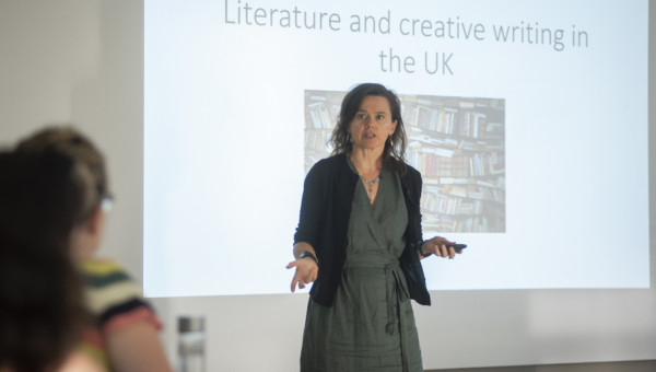 Professora visitante palestra sobre o mercado literário do Reino Unido