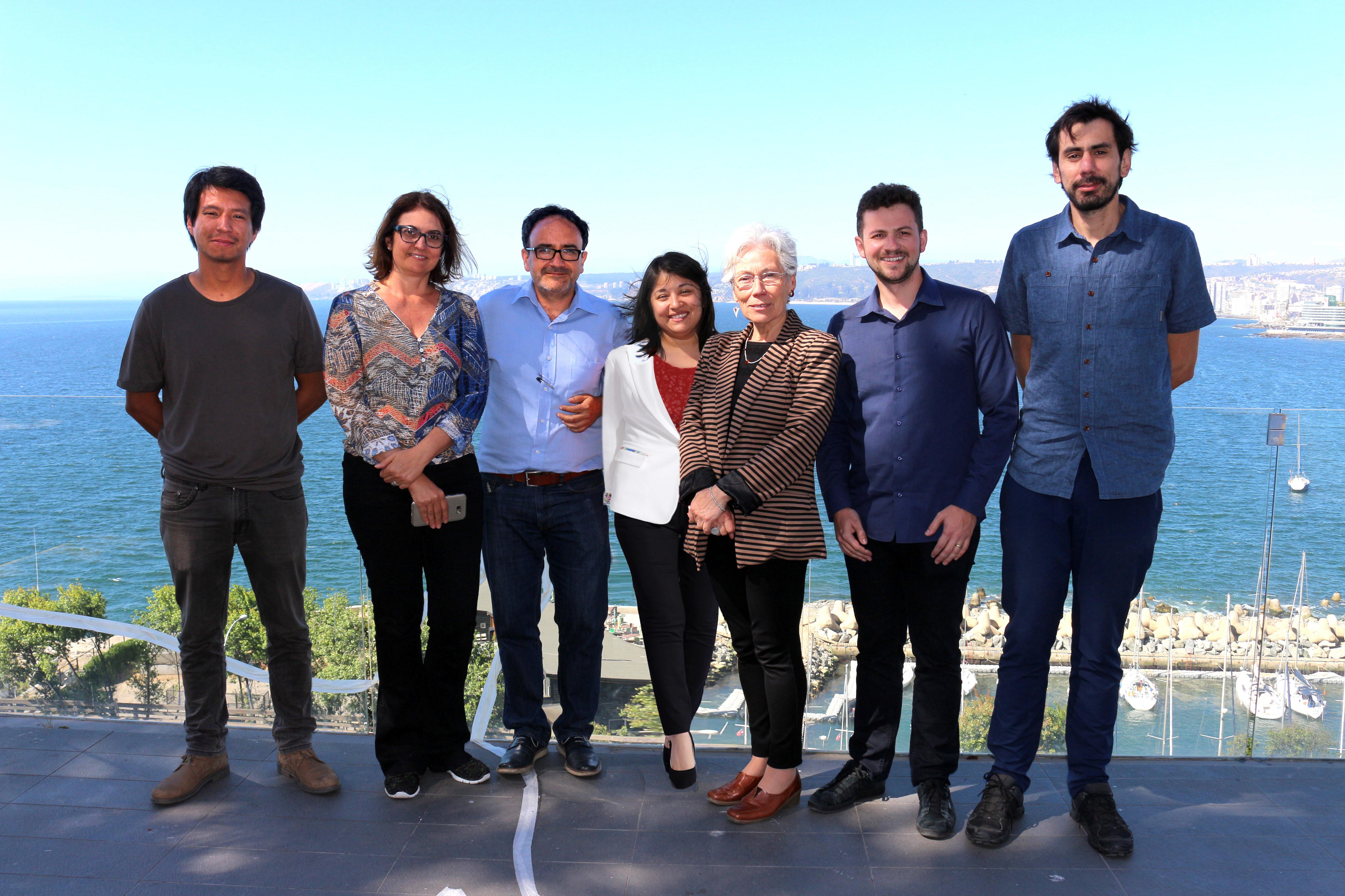 Roldan e Flávia com professores da PUCV, no Chile. Foto: Arquivo pessoal