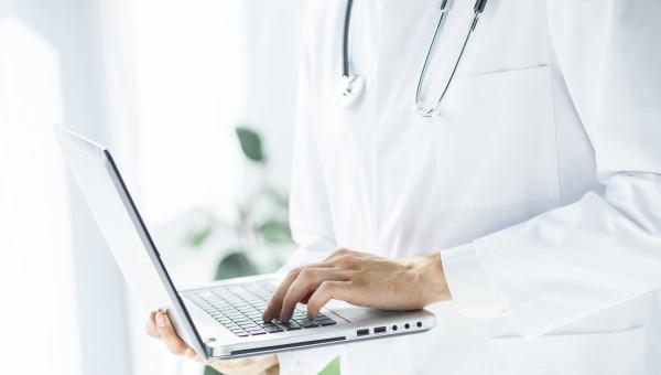 Alumni e aluna da Escola de Medicina são finalistas do Prêmio EURO Inovação na Saúde