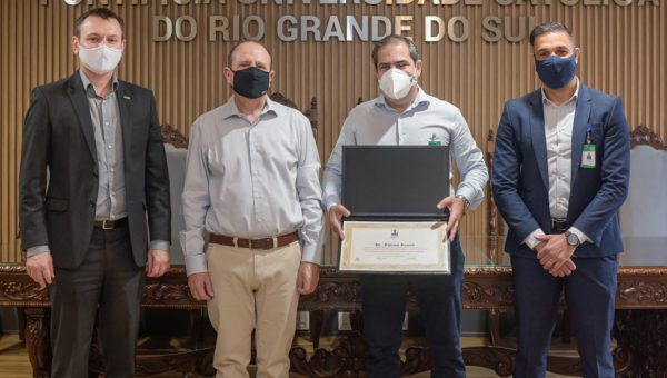 PUCRS homenageia Fabiano Ramos, infectologista que conduziu pesquisa clínica da Coronavac no Hospital São Lucas