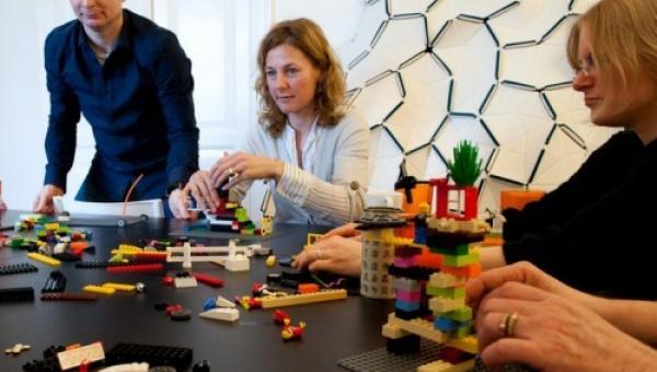Oficina estimula a criatividade com peças Lego