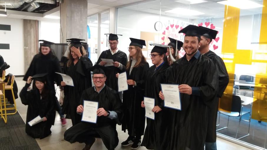 turma de alunos do programa de imersão vestindo toga e barrete