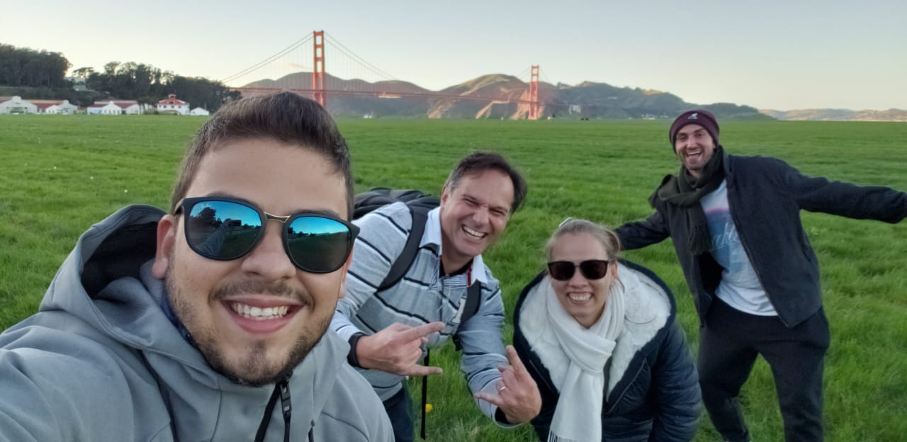 quatro estudantes da Escola de Negócios da PUCRS em frente à ponte Golden gate em São francisco, na Califórnia