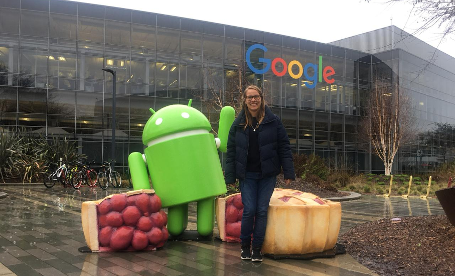 estudante Alessandra Enck em frente à fachada do Google