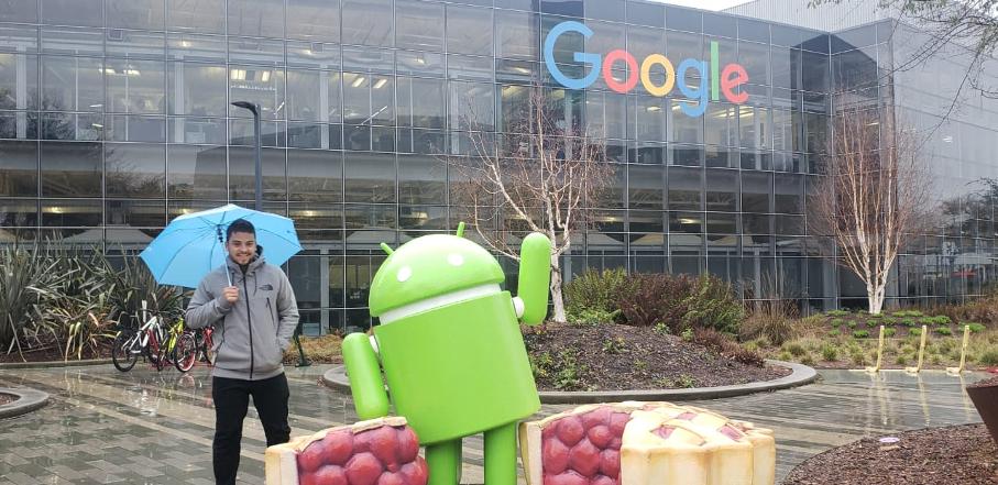 Marcos Bettanin em frente à fachada do Google