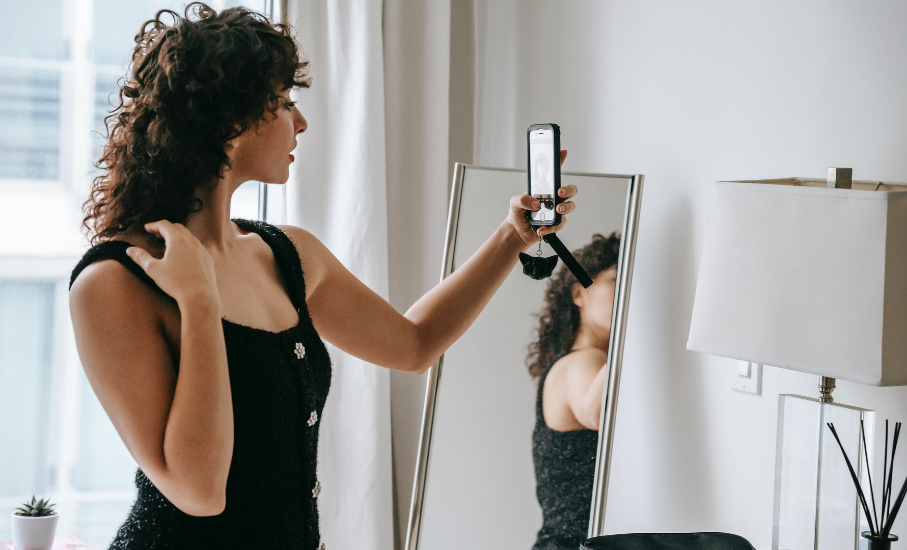 Da capa de revista às telas de celular: de que forma as mídias sociais impactam a relação das mulheres com a sua aparência?