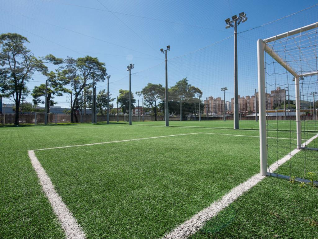 Quadra de Futebol 7 - grama sintética. Área externa b80ebbf0a755b