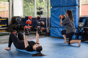exercícios físicos  na sala de treinamento funcional