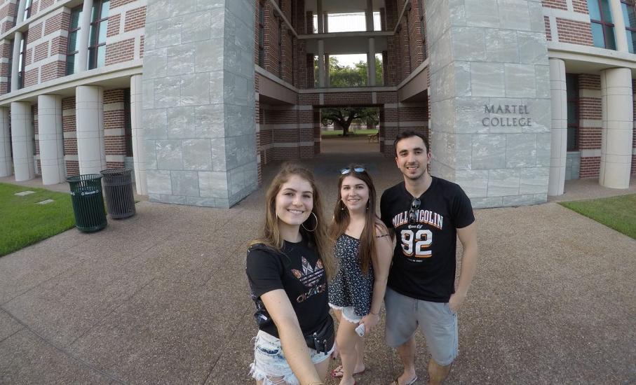 Júlia, Rebeca e Eduardo no dormitório Martel College da Rice University
