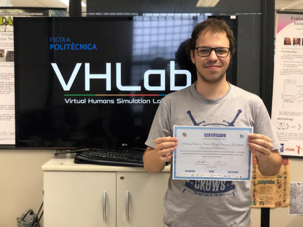 Aluno Paulo Brossard com a premiação