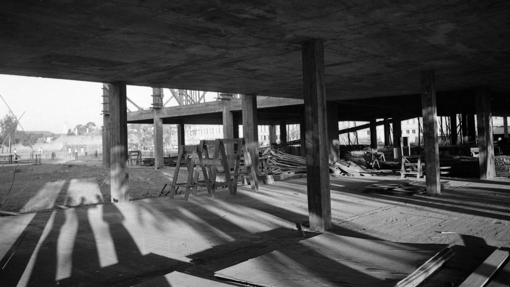 Fase inicial da construção da Biblioteca Central Irmão José Otão, em 1975
