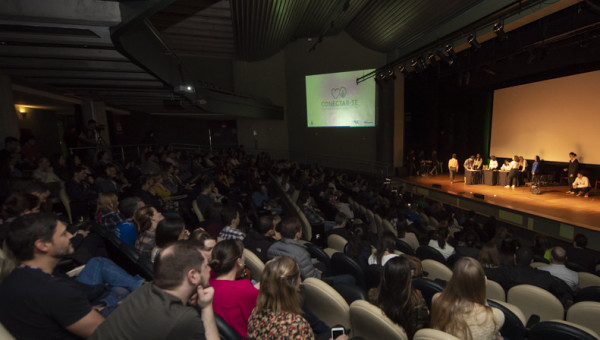Conectar-se une as diferentes áreas e movimenta centena de estudantes