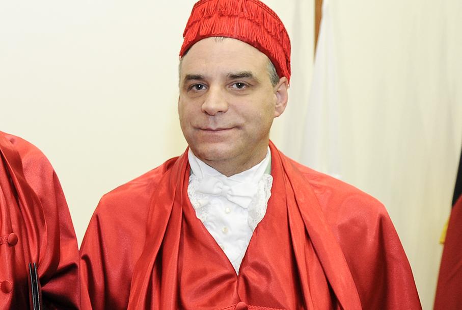 Professor Ingo Wolffgang Salterposando em trajes formais