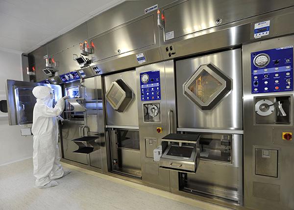 Foto do Centro de Produção de Radiofármacos tem hot-cell, capela revestida de chumbo, onde é feita a síntese do material radioativo com um composto químico