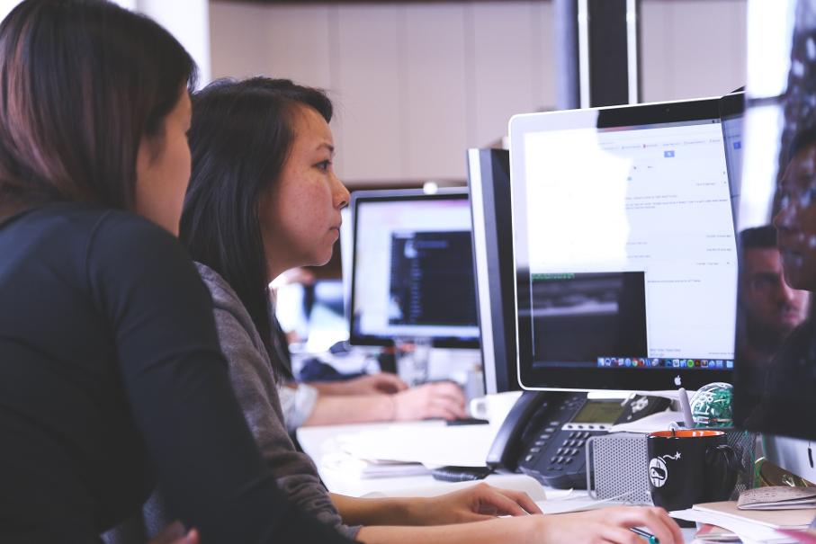 Pessoas trabalhando em computador