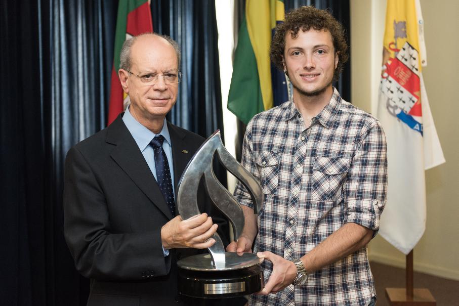 Joaquim Clotet recebe o vencedor do Prêmio Santander Empreendedorismo, Felipe Melz