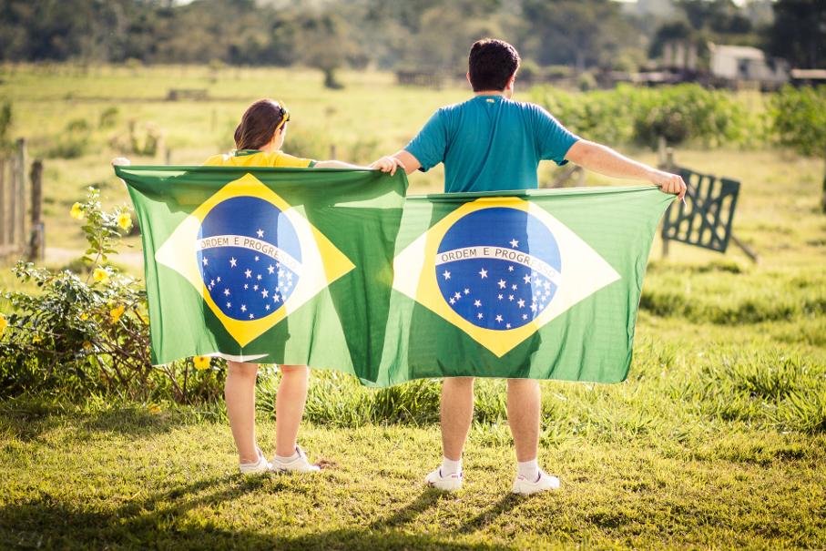 Pessoas com bandeiras do Brasil