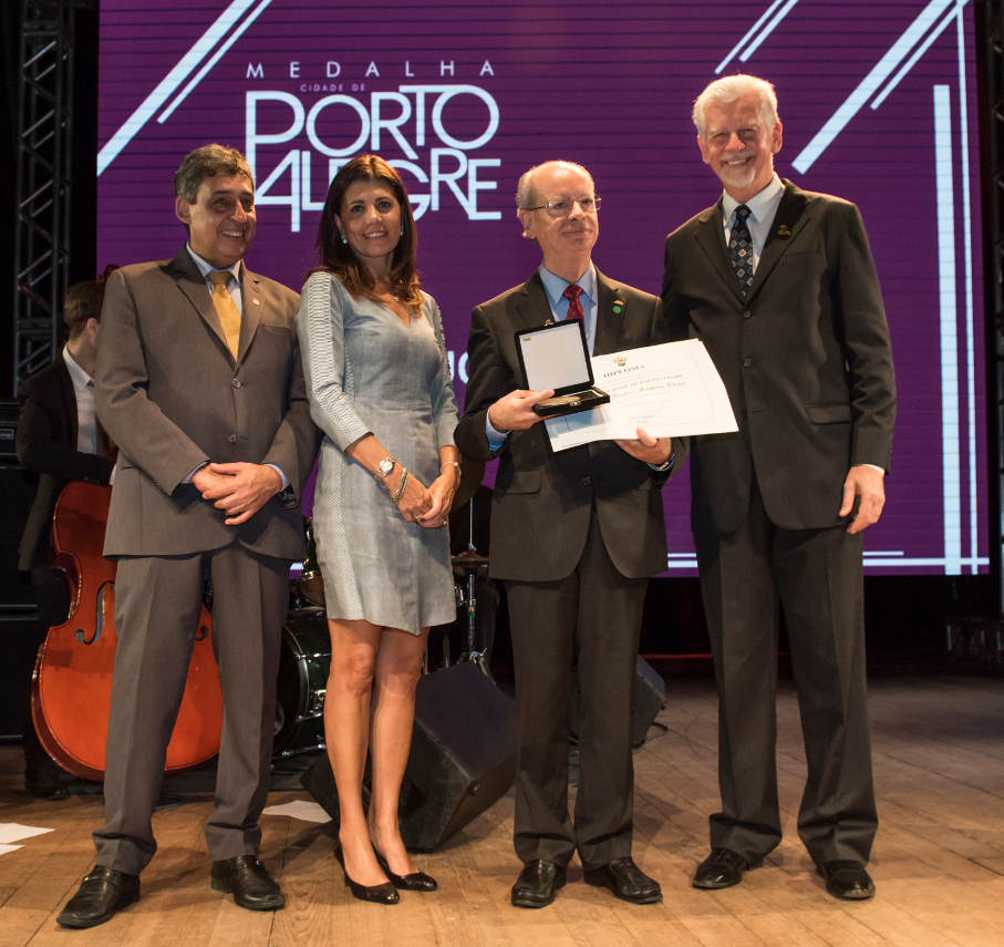 Reitor recebe Medalha Cidade de Porto Alegre