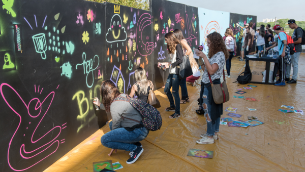Peças de arte com grafite do Stand Calouros viram exposição