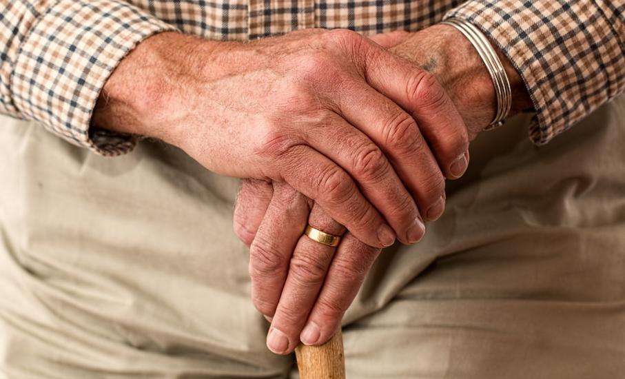 Mão de idoso com bengala