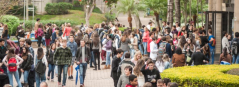 Jovens no Campus, imagem desfocada