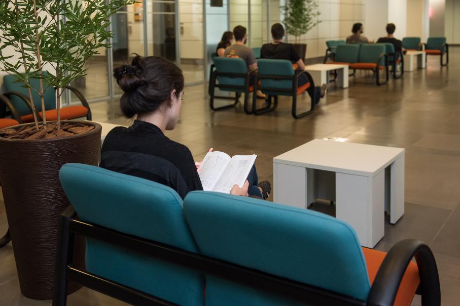 Novos espaços da Biblioteca - Sofás no saguão