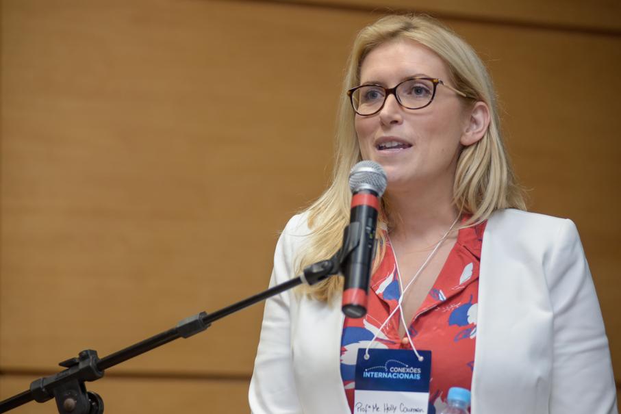 Conexões Internacionais, Holly Cowman