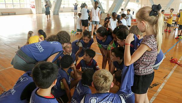 Dezenas de crianças e jovens participam da colônia de férias do Orlando City