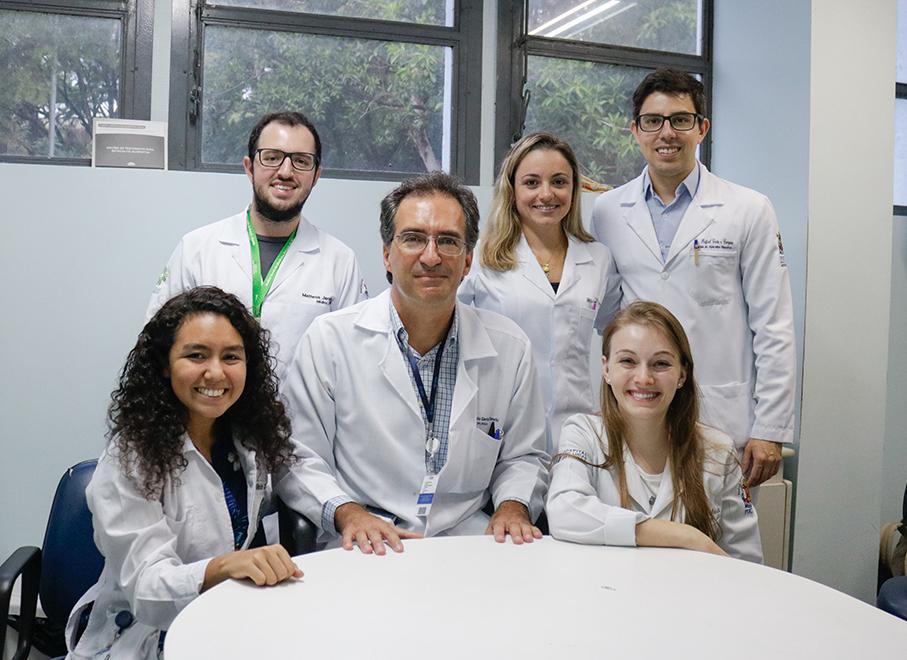 Imagem com professor e alunos durante o evento Summer course da Escola da Medicina
