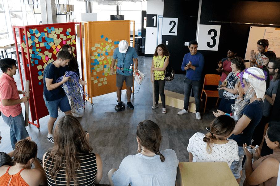 foto com alunos em dinâmica no crialab