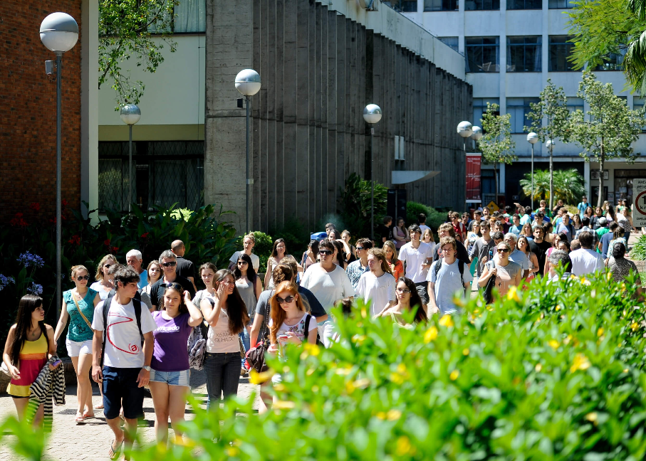grupo grande de alunos anda pelo campus no intervalo das aulas