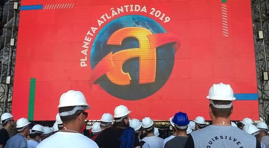 Alunos do MasterClass Planeta Atlântida visitam as instalações. Alunos de capacete de segurança observam a montagem das estruturas de palco