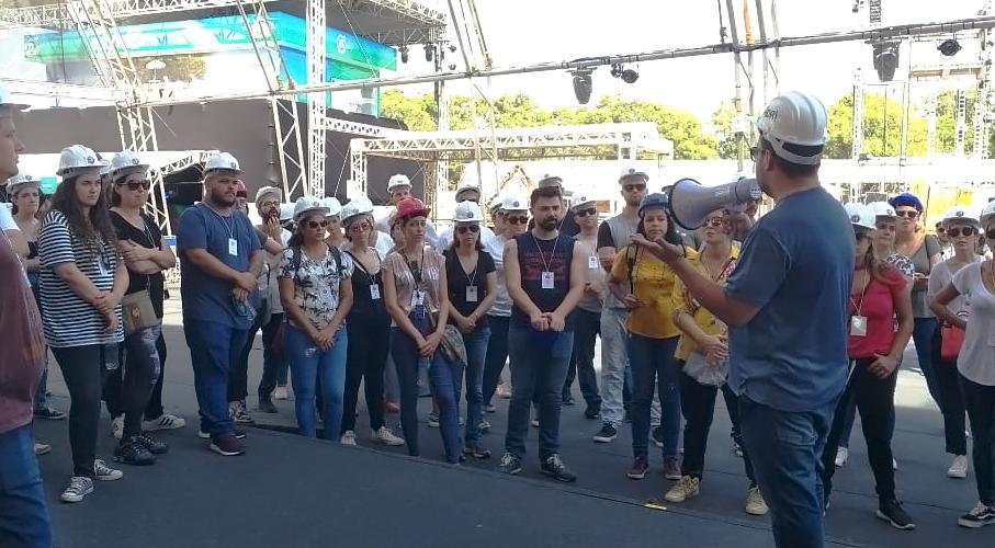 Organizadores do Planeta Atlântida orientam alunos do MasterClass, reunidos em círculo no ambiente do Parque Planeta