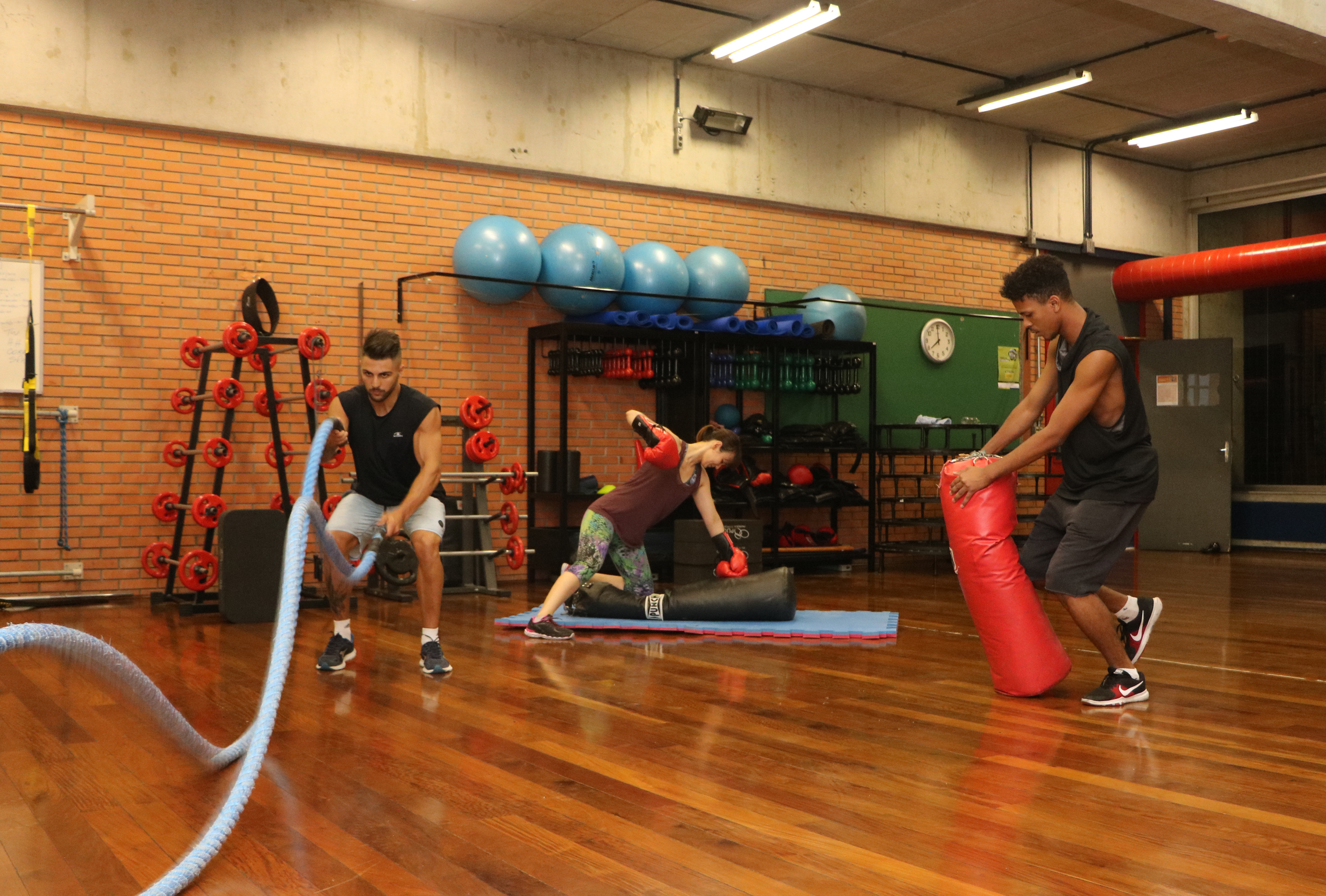 alunos do parque esportivo utilizam materiais para se exercitar