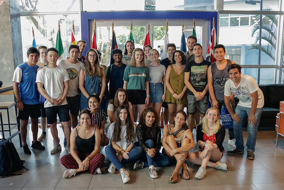 Imagem do grupo de alunos internacionais no Seminário de Orientação. Todos juntos em duas fileiras.