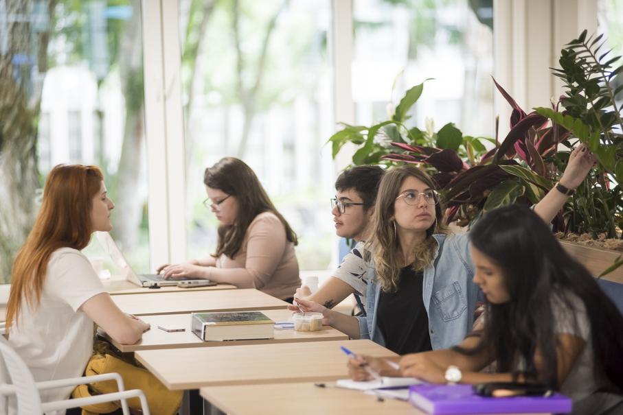 alunas compartilham materiais e conversam nas mesas do Living 360