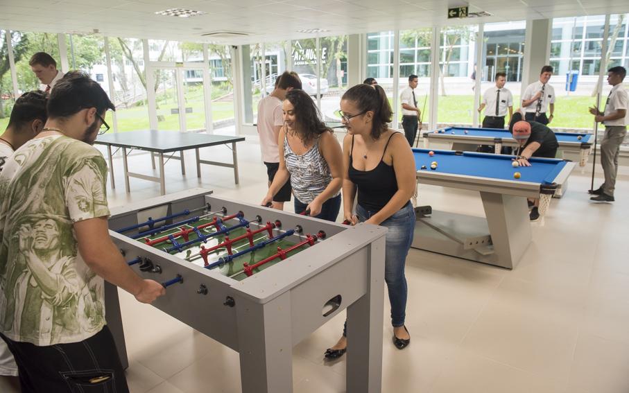 alunos utilizam o espaço Conviver + do Living 360°, jogando flaflu.